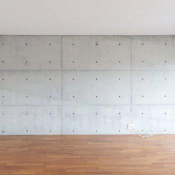 こちらの壁はコンクリート。(※写真は5階の同間取り別部屋のものです)