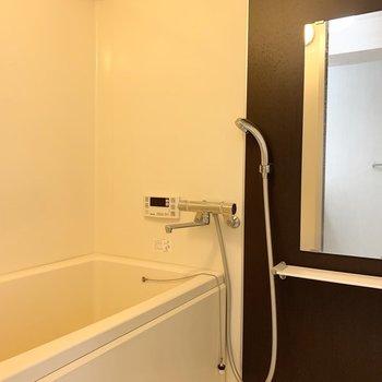 お風呂は電球色の落ち着く空間。追焚き付きでゆっくり入れます。(※写真は2階の同間取り別部屋のものです)