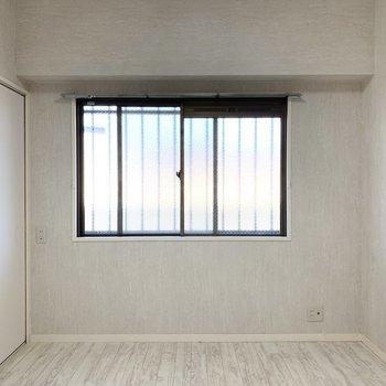 共用廊下に面した窓から光もしっかり入ります。(※写真は2階の同間取り別部屋のものです)