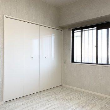 お次は玄関脇の洋室へ。(※写真は2階の同間取り別部屋のものです)