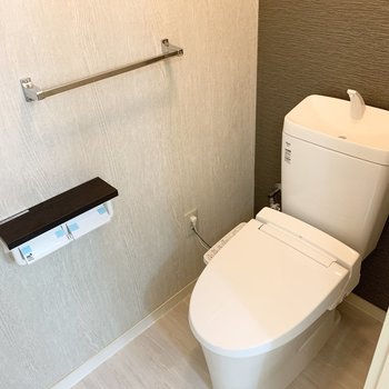 ウォシュレット付きのおトイレも綺麗。ペーパーが2つ入るホルダーも嬉しいポイント。(※写真は2階の同間取り別部屋のものです)