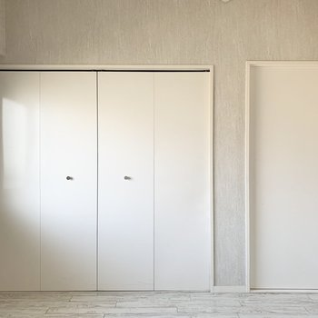 【洋5】対面にはクローゼット。(※写真は2階の同間取り別部屋のものです)