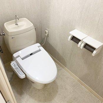 おトイレは洗濯機置場のお向かいに。ウォシュレット付です。(※写真は2階の同間取り別部屋のものです)
