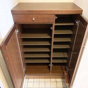 シューズボックスは左右に分かれた可動棚。引き出しや傘の収納部も付いています◎(※写真は2階の同間取り別部屋のものです)