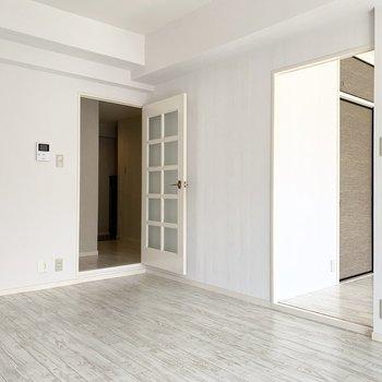 廊下へ出る前に、お隣の気になる引戸の中へ。(※写真は2階の同間取り別部屋のものです)