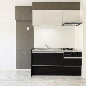 アクセントクロスが素敵なキッチン。左側に冷蔵庫を。(※写真は2階の同間取り別部屋のものです)