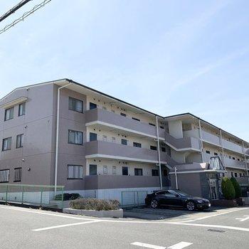 角地に建つ3階建ての鉄筋コンクリートマンションです。