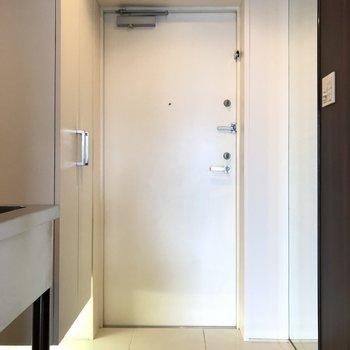 玄関は白いです。