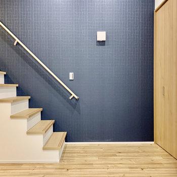 ブルーのクロスに優しい木のデザイン。(※写真は1階同間取り別部屋のものです)