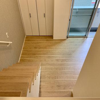 ロフトはこの高さ。階段の安心感。(※写真は1階同間取り別部屋のものです)