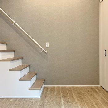 ほんのりグレーのアクセントだから家具と合わせやすい。(※写真は1階同間取り別部屋のものです)