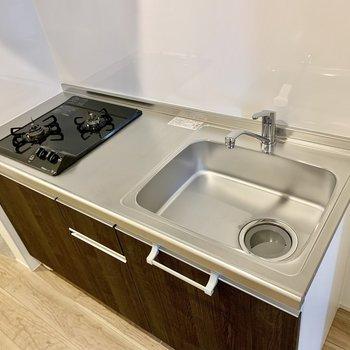 2口コンロで調理スペースもしっかり。冷蔵庫はキッチン右に置けます。(※写真は1階同間取り別部屋のものです)