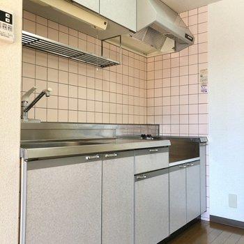 かわいらしいピンクのタイルのキッチン。