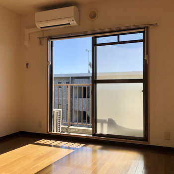 【LDK】日の光がまぶしい!窓は南向きなんです。