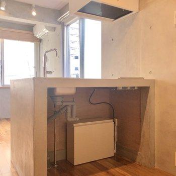 キッチン下にキャスター付きのラックなどを入れ込むとよさそう。※写真は3階の同間取り別部屋のものです