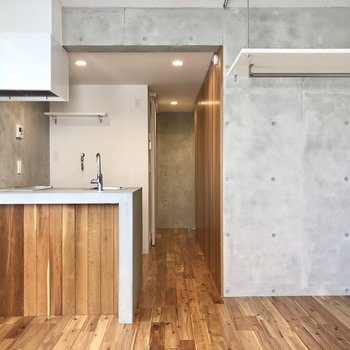 コンクリート×無垢材の欲張りデザイナーズ。※写真は3階の同間取り別部屋のものです