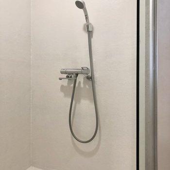 シャワーはトイレと同室にあります。※写真は3階の同間取り別部屋のものです