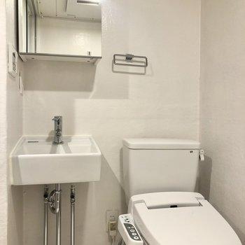 嬉しい温水洗浄便座付きのトイレ。※写真は3階の同間取り別部屋のものです