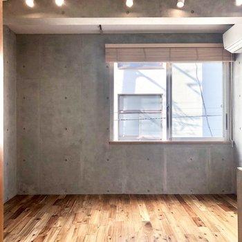 正面の壁もコンクリート。※写真は3階の同間取り別部屋のものです