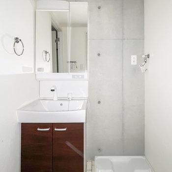 ここもコンクリでクールな空間。歯ブラシやタオルなどにもこだわりたくなる。(※フラッシュ撮影しています)