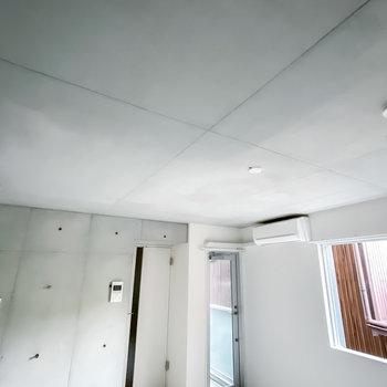 天井とキッチン側の壁はコンクリート打ちっ放し!照明もお好きな物を付けられます。