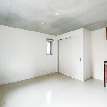 白い壁と床なので、インテリアがより映えるんです。