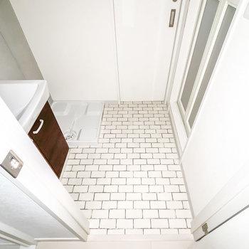 サブウェイタイルのような床が清潔で、気持ち良く過ごせますね。(※フラッシュ撮影しています)