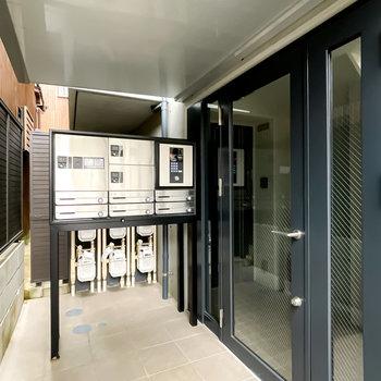 エントランスはオートロック。すぐ横に便利な宅配ボックスも設置されています。