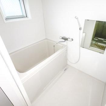 お風呂はシンプルですが、窓付きで換気がしやすく。さらに…… (※フラッシュ撮影しています)