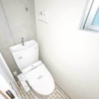 もちろんトイレもスタイリッシュに。嬉しいウォシュレット付き◎ (※フラッシュ撮影しています)