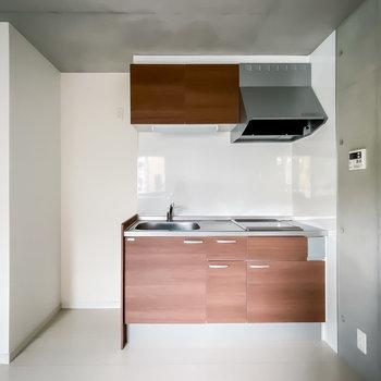 キッチンはお部屋に柔らかさを与える木目調。