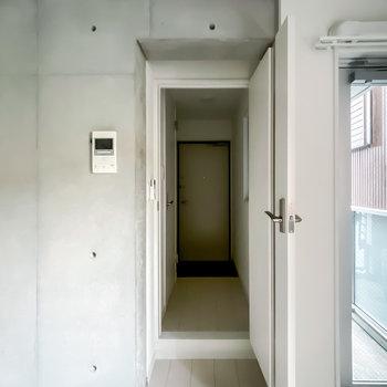 脱衣所は廊下に出て左側に。
