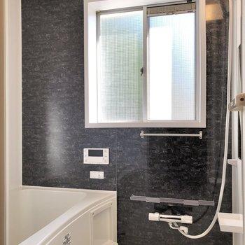 お風呂には大きな窓付き。換気も簡単にできますね。