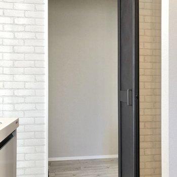 【LDK】キッチン横には人がすっぽり入れる納戸付き。お掃除用具も入れられます。