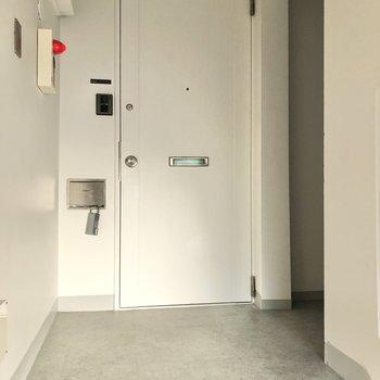 階段を上がっていくと目の前にお部屋のドアが現れます。