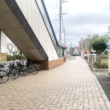駅は大通り沿いにあります。