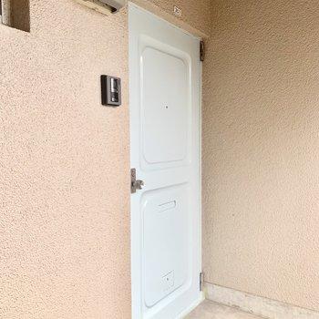 角部屋です。玄関扉はよく見ると淡い水色でとってもキュート♩