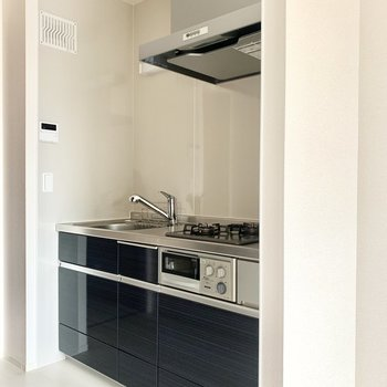 冷蔵庫置き場は壁を挟んで右隣かな。