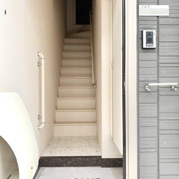 玄関入ってすぐに階段です。