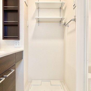 脱衣所に洗濯機置き場。上部棚には洗剤などを○
