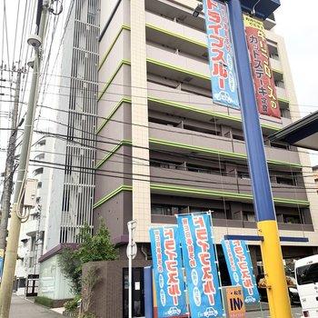 道路沿い、飲食店も近くのマンションです。