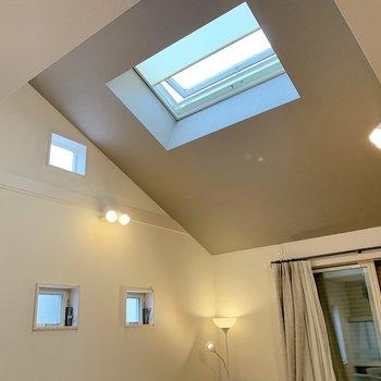 上には天窓が付いており明るく、そして天井が高いので開放感があります!開閉もスイッチ1つで楽にできますよ!