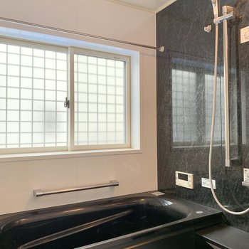 お風呂は窓付き。浴室乾燥機と追焚機能もあり設備が充実しています。