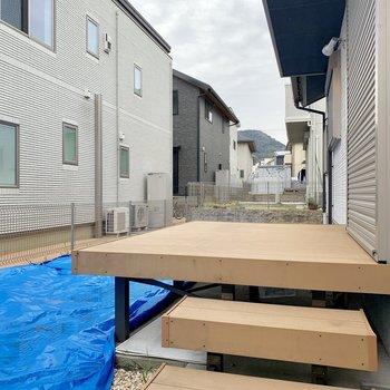 ウッドデッキ付きの専用庭が!入居時にはブルーシートが外されるようです。
