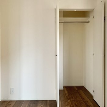 洋室奥にはハンガーポール付きのクローゼット。