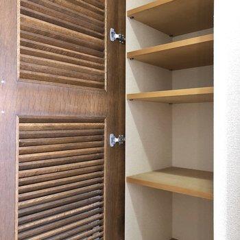 お隣にはタオルやパジャマなどを入れておけて便利です。※写真は5階の同間取り別部屋のものです