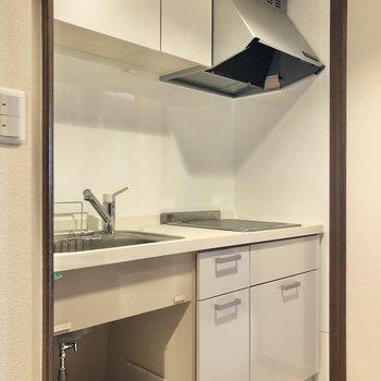 キッチンは白が基調で、調理器具もたっぷり収納できそう。
