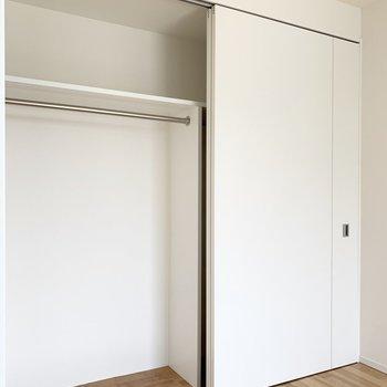 【洋5.5】同じ内装で統一感がありますね◎半分で区切られているのでふたりで使うのにもぴったり。(※写真は8階の反転間取り別部屋のものです)