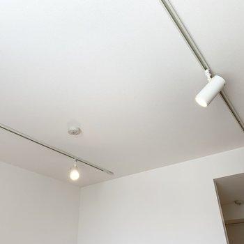 天井にはライティングレールが2本とスポットライトが。(※写真は8階の反転間取り別部屋のものです)