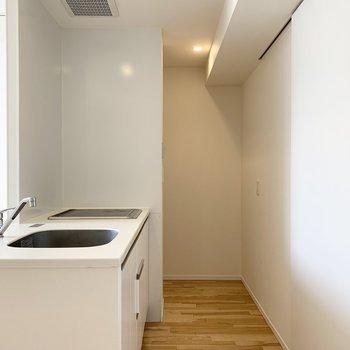 キッチンは上部に吊り戸棚がなく開放的。奥が冷蔵庫置場です。(※写真は8階の反転間取り別部屋のものです)